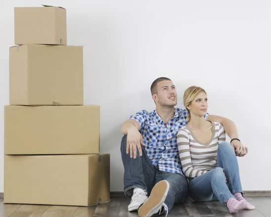 הובלת דירה - זוג ברקע קרטונים במעבר דירה
